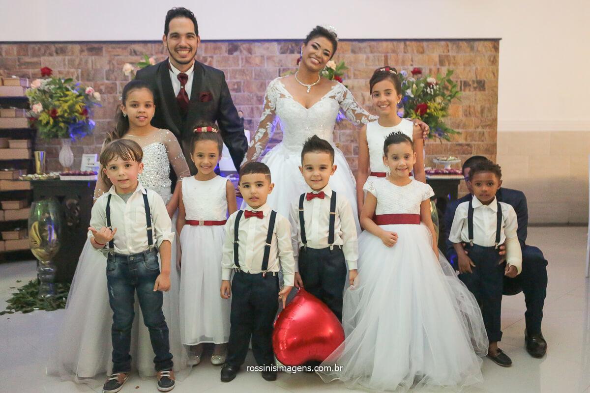 Fotografia de Casamento Noivos na mesa do bolo com as Crianças do Cerimonial, @RossinisImagens