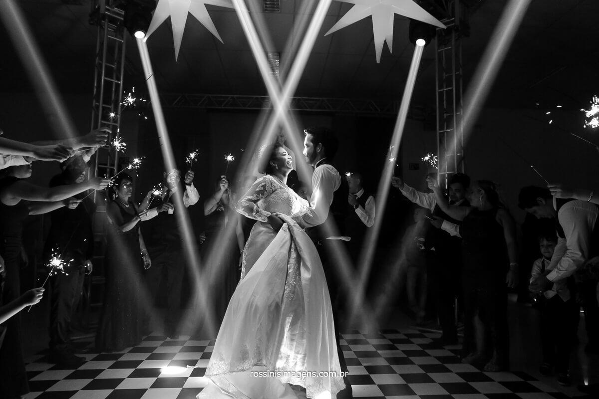 fotografia da dança dos noivos, pista de dança com sparkles, Sparkles na balada, sparkles na dança, @RossinisImagens
