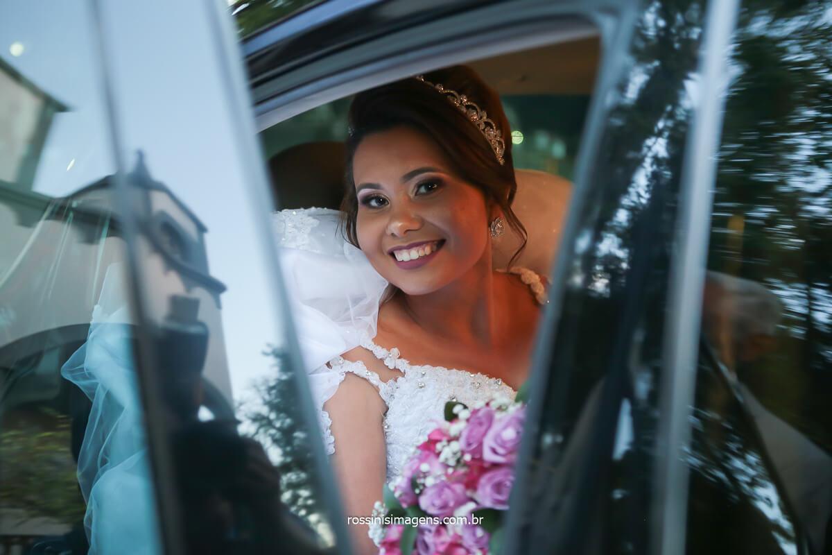 fotografo de casamento noiva no carro e reflexo da capella onde esta acontecendo a cerimonia, @RossinisImagens