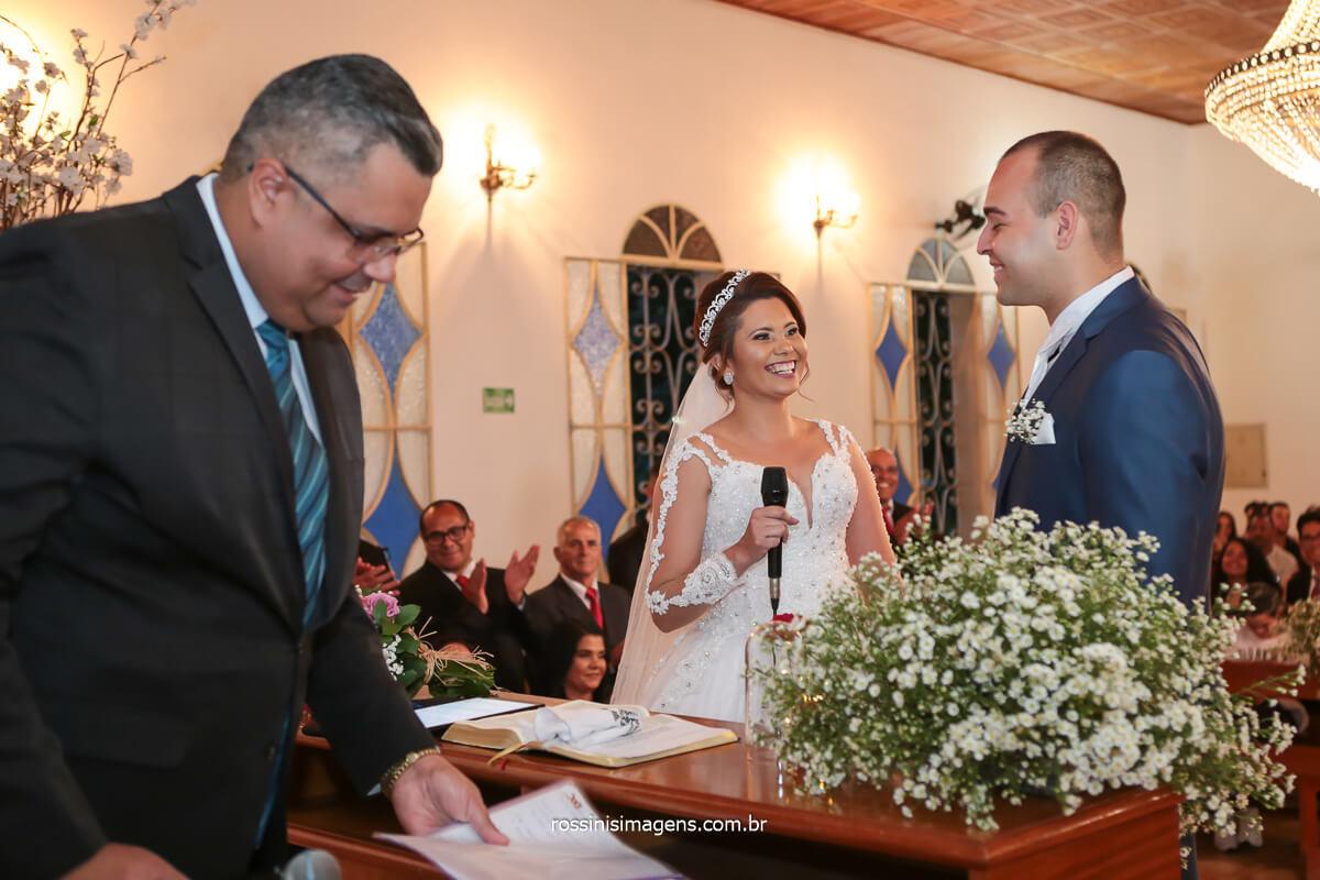 fotografo de casamento noiva declarando os votos ao noivo, olhando nos olhos do noivo, @RossinisImagens