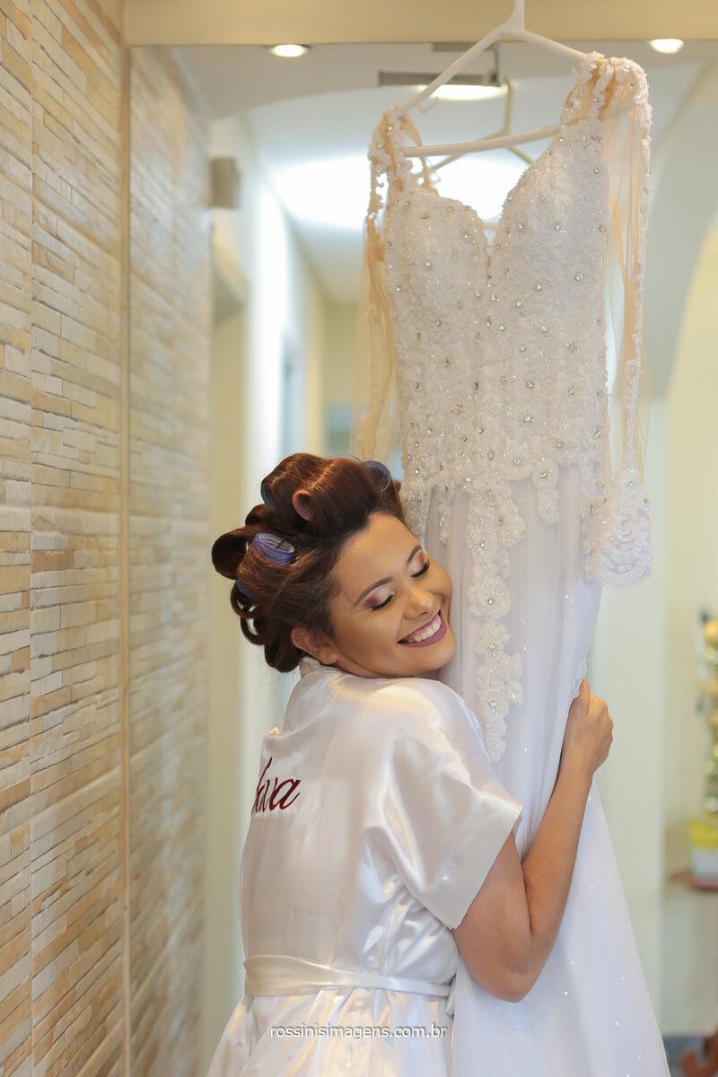 o amor e a felicidade da noiva ao sentir e tocar seu tão sonhado vestido de noiva, @RossinisImagens