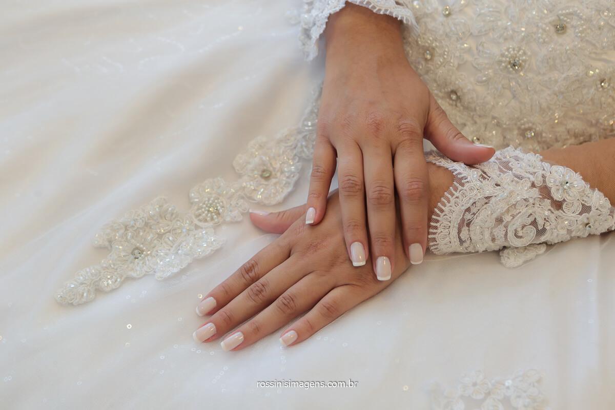 Fotografo de casamento detalhes de noiva unhas de noivas, vertido com manga rendada, @RossinisImagens