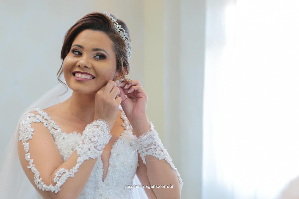noiva colocando brinco dia da noiva making of fotografo de casamento são paulo, @RossinisImagens