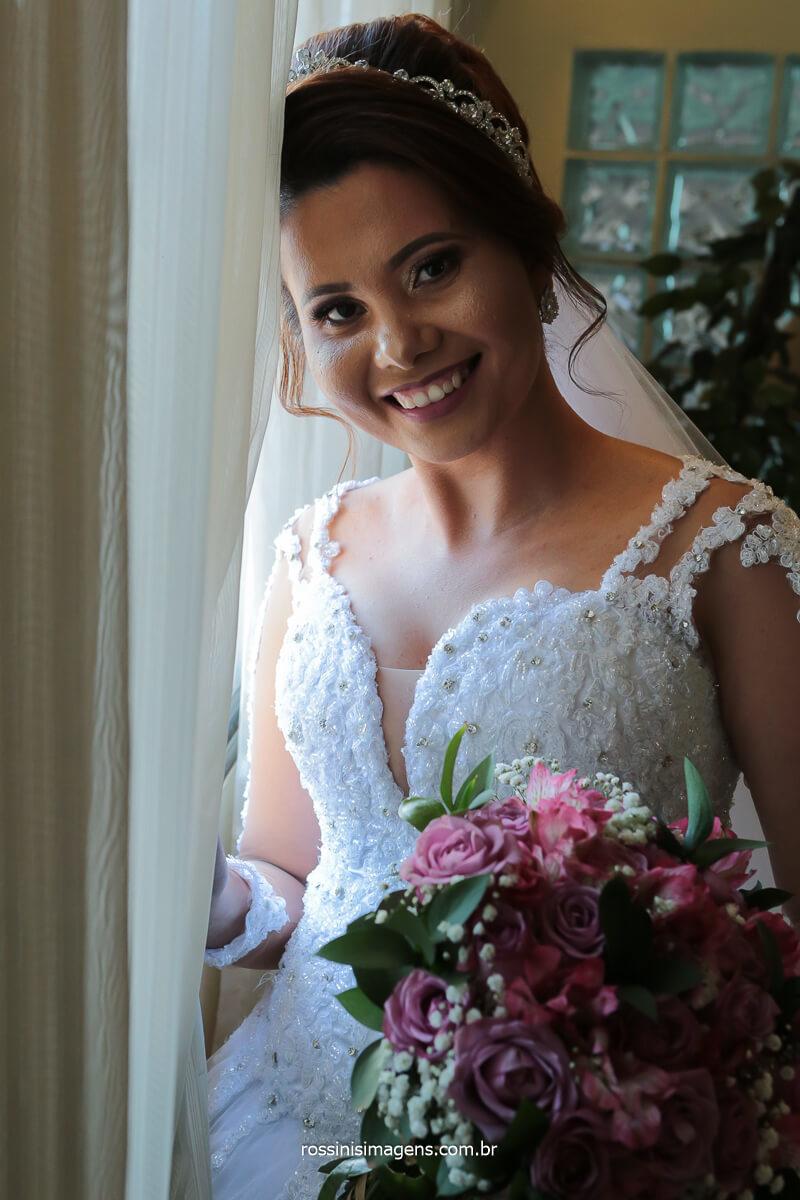 Fotografo de Casamento Noiva com o buquê no dia da noiva, making of, @RossinisImagens