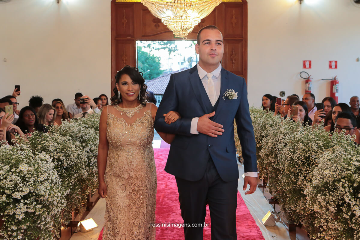 fotografo de casamento em poa no espaço la capella eventos noivo entrando com sua mãe no altar, @RossinisImagens