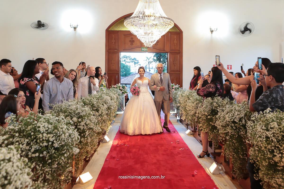 noiva entrando com seu pai conduzida ao altar para o enlace matrimonial de casamento, @RossinisImagens