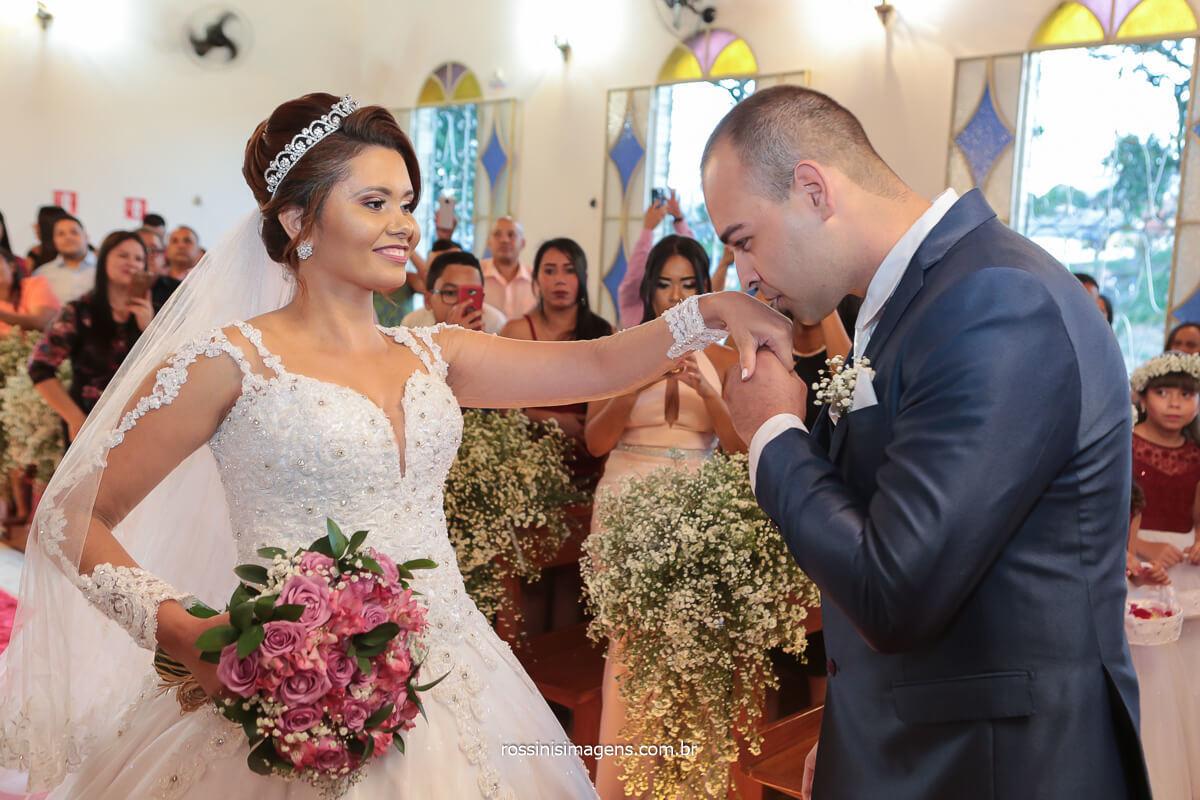 noivo recepcionando a noiva no altar com beijo na mão, @RossinisImagens