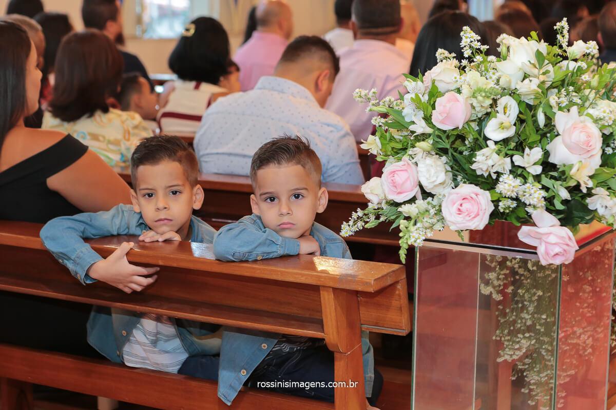 poa fotografo de casamento registra crianças observando o fotografo durante o trabalho de registro de casamento, @RossinisImagens