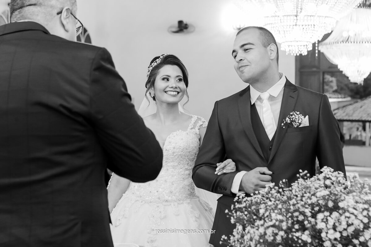 fotografo em poa casamento la capella noiva olhando o noivo, @RossinisImagens