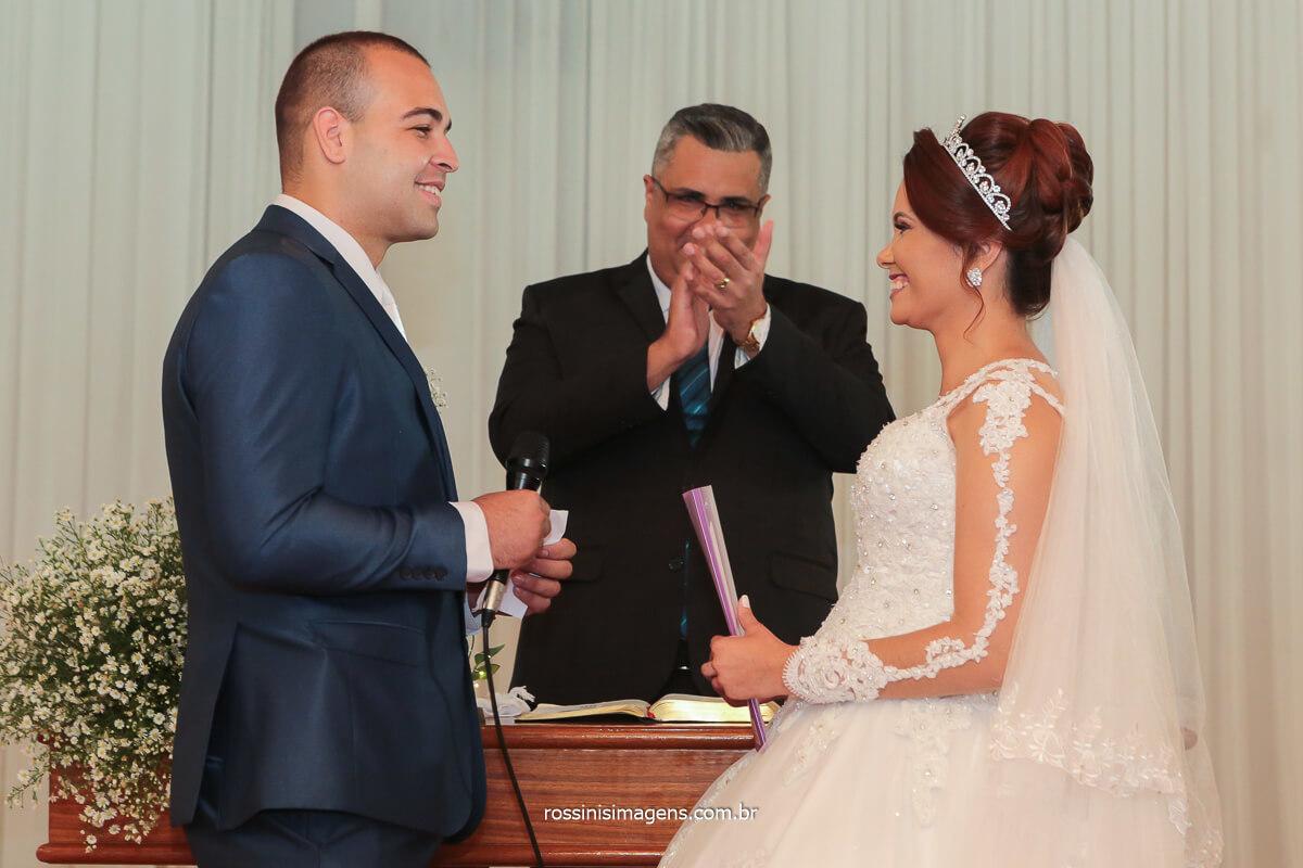 fotografa de casamento os votos do noivo para com a noiva no altar, momento de alegria e emoção em meio a linda declaração, @RossinisImagens