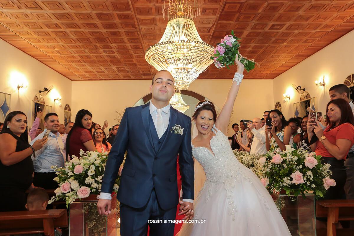 saída dos noivos animada e noiva muito feliz, @RossinisImagens