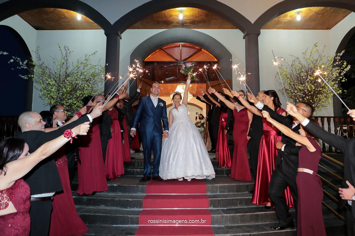 fotografia da saída dos noivos no casamento com sparkles para os padrinhos, assessoria SI Assessoria, @RossinisImagens