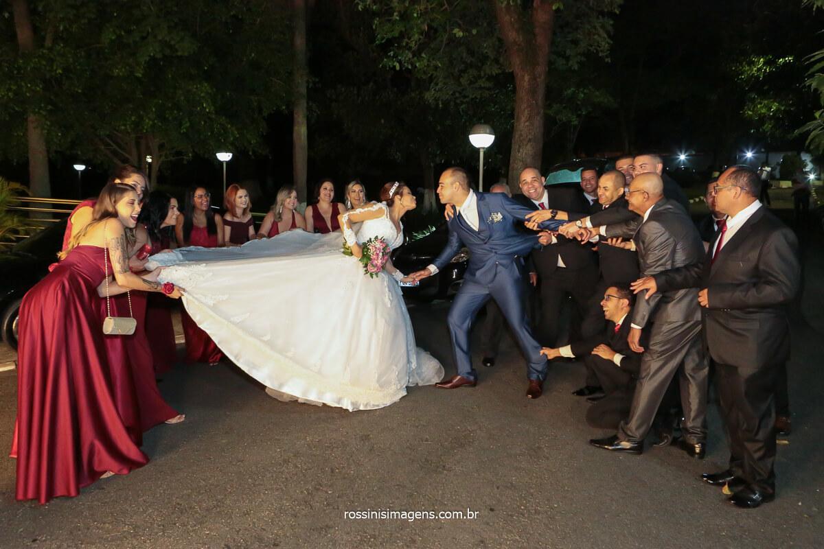 fotografia coletiva dos noivos com os padrinhos e as madrinhas puxando os noivos, @RossinisImagens