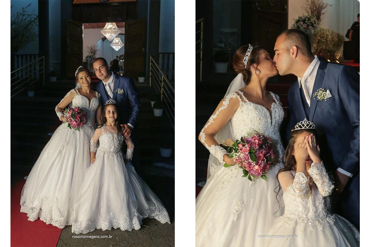 fotografia de casamento noivos e as crianças do cerimonial cobrindo o rosto e os noivos dando um beijo, @RossinisImagens