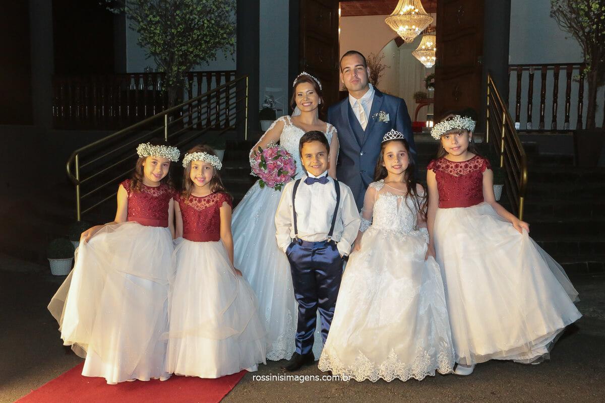 noiva e noivo com as crianças do cerimonial de casamento, @RossinisImagens