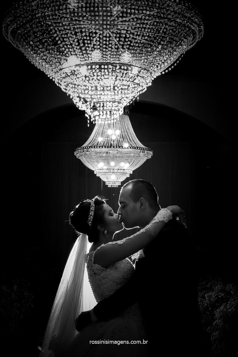 fotografo de casamento o que as noivas gostam na fotografia, casal se beijando na capella eventos em poa, por @RossinisImagens