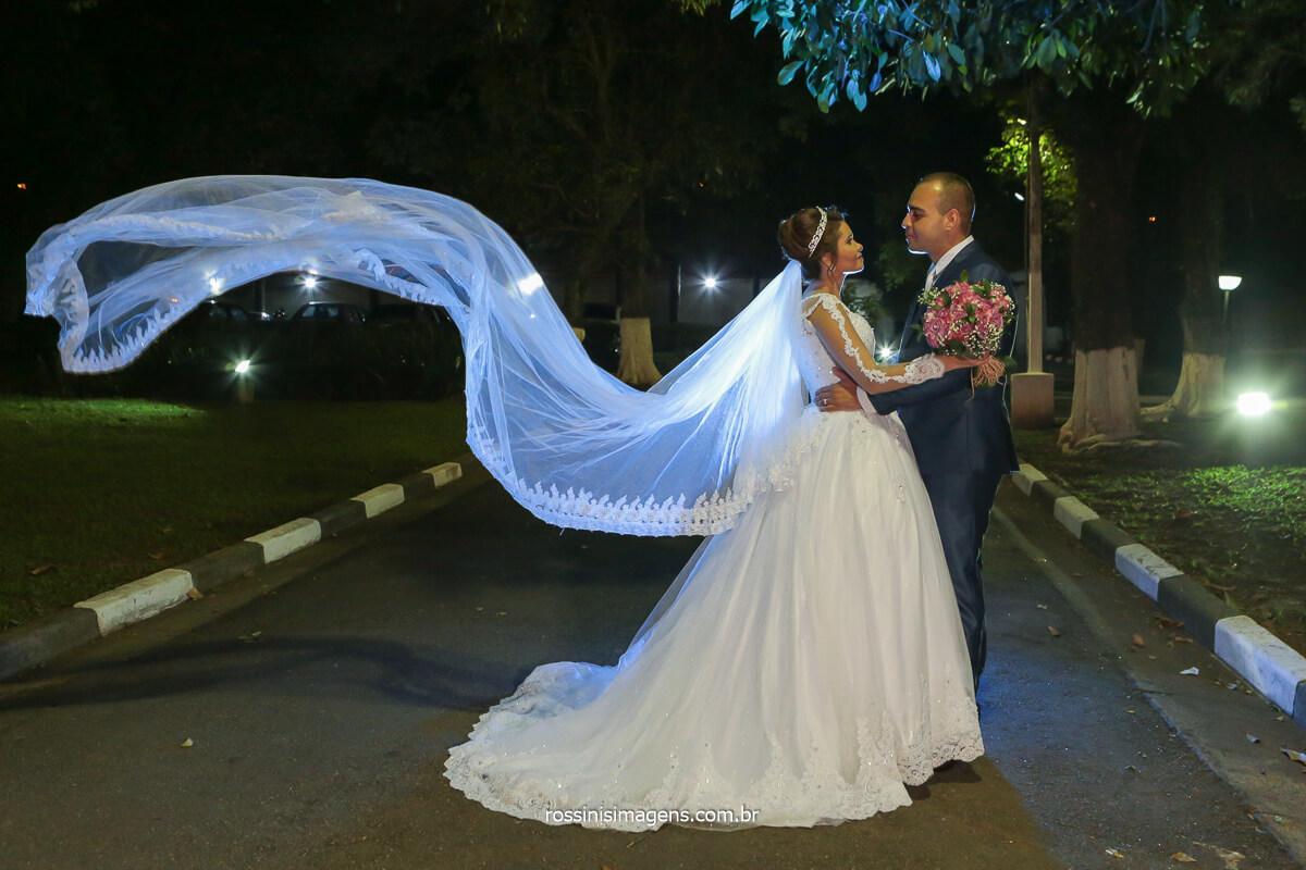 ensaio de casal no casamento fotografia do véu voando, fotos de casamento, @RossinisImagens