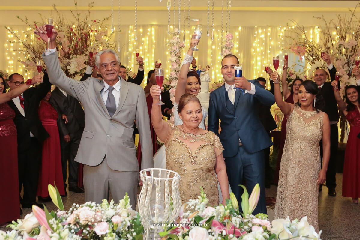 fotografia de casamento família na mesa do bolo brindando, @RossinisImagens