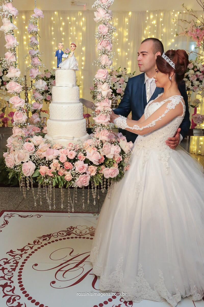 noivos cortando o bolo corte simbólico do bolo de casamento, bolo suspenso, mesa do bolo suspensa, @RossinisImagens