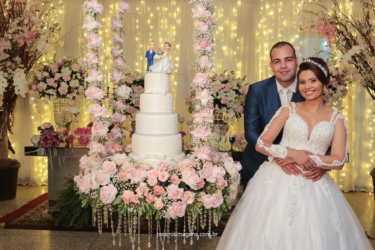 fotografia de casamento noivos no la capella em poa mesa do bolo suspensa, casal ao lado da mesa do bolo, @RossinisImagens