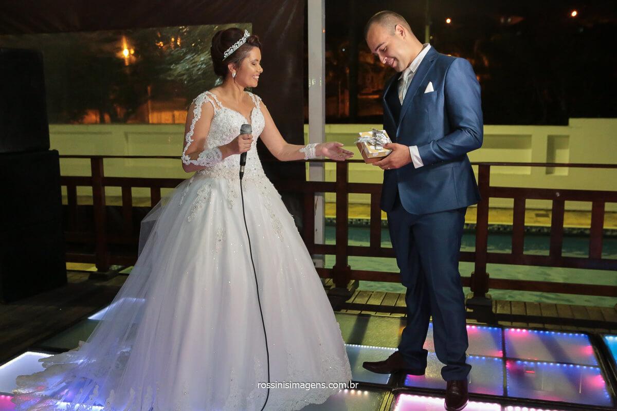 fotografo de casamento noiva entrega caixinha surpresa com revelação do sexo do bebe no casamento, @RossinisImagens