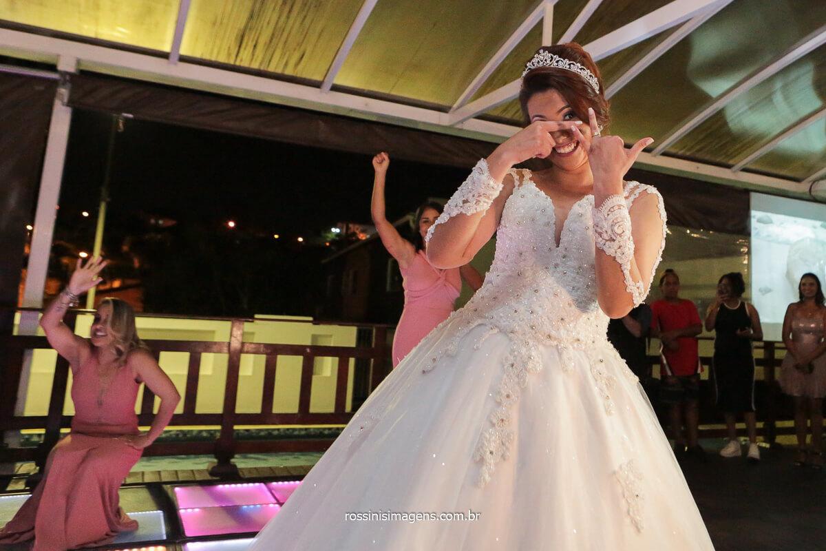 noiva dançando para o noivo na pista de dança, @RossinisImagens