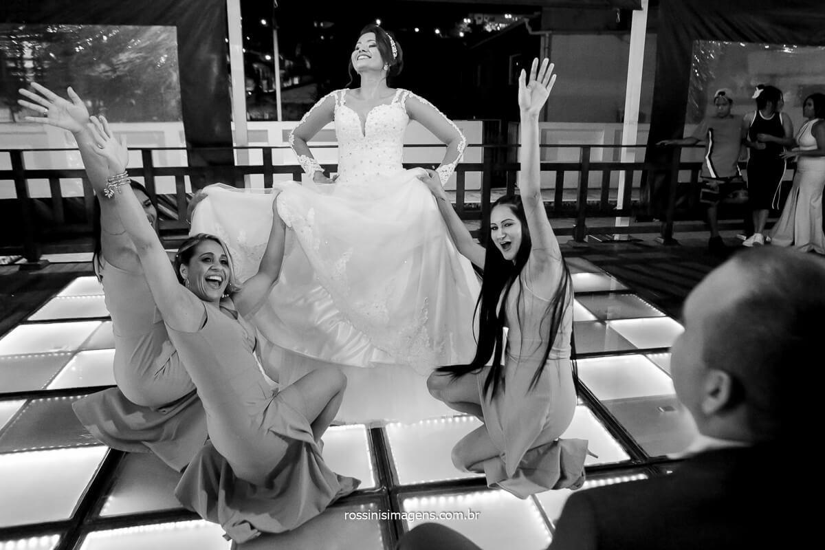 noiva e amigas dançando na pista de dança para o novo, noivo assistindo a noiva dançando na pista de dança , balada de casamento, @RossinisImagens