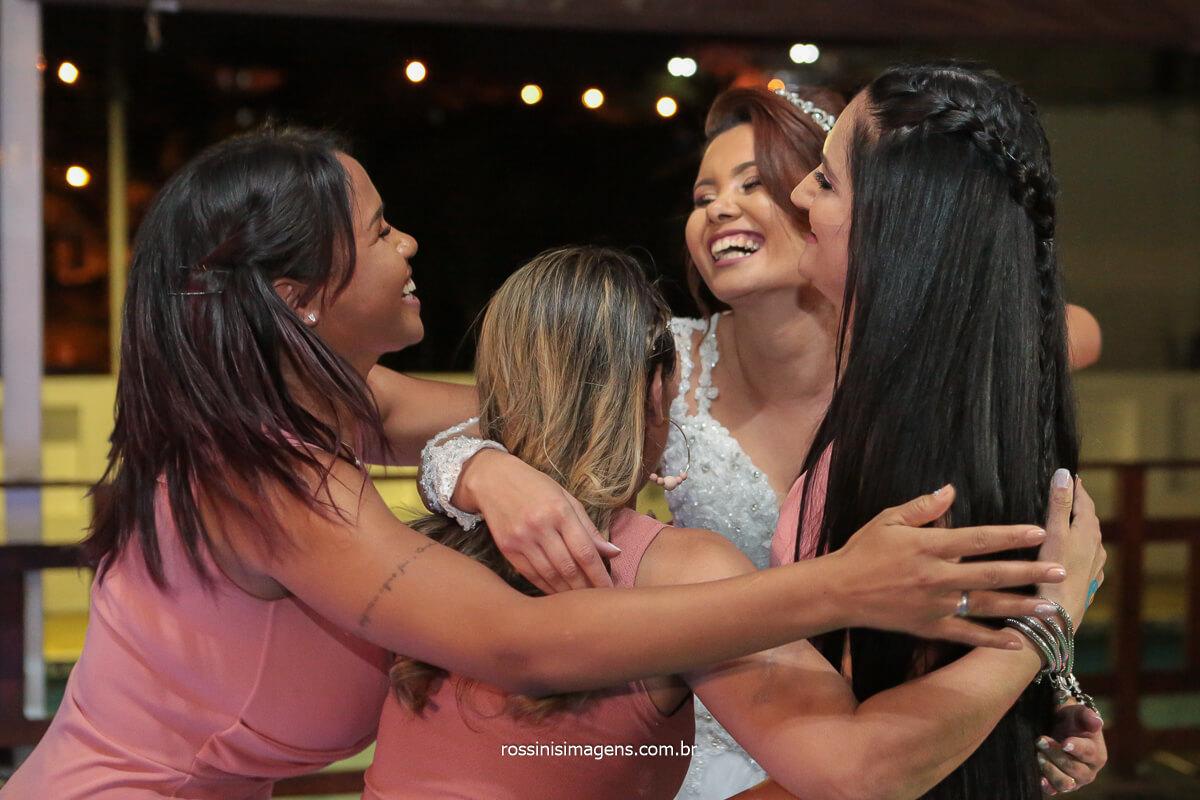 amigas da noiva abraçando a noiva na pista de dança apos a presentação da coreografia, @RossinisImagens