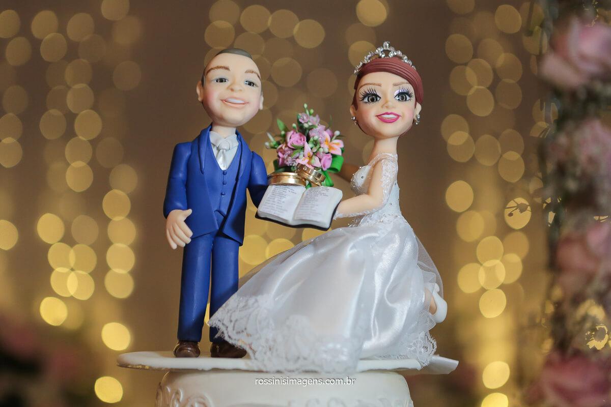 fotografia de casamento topo de bolo dos noivos com as alianças, @RossinisImagens