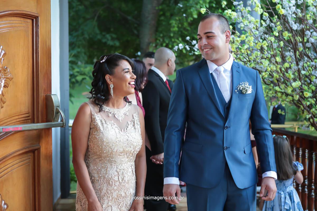fotografo de casamento em poa noivo e sua mãe no cortejo de entrada do cerimonial, @RossinisImagens