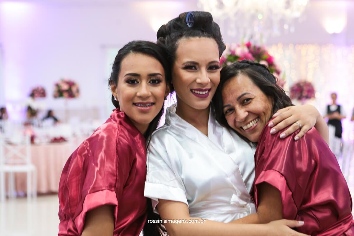 Irmã, Noiva e Mãe Abraçadas