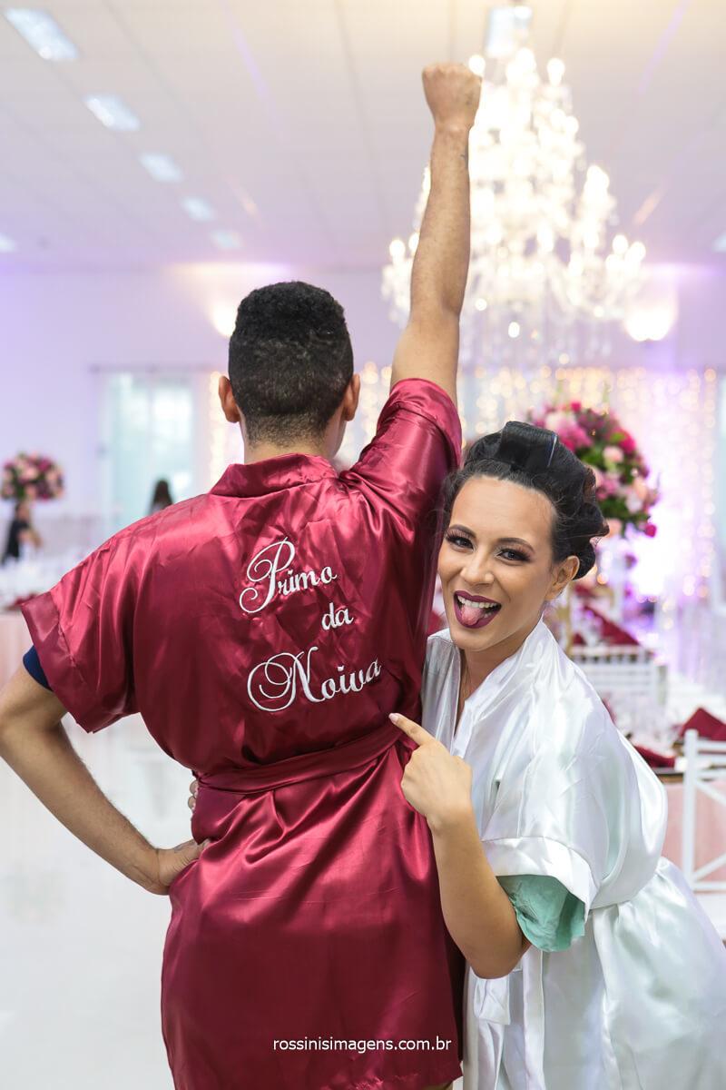 Noiva Apontando o Robe Personalizado Do Primo