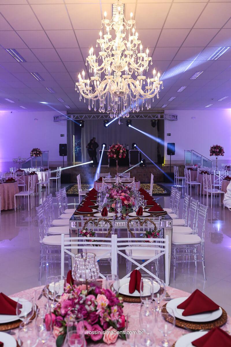 Decoração da Mesa da Família Com Iluminação Cênica Do DJ Royal, Ambientando o Salão