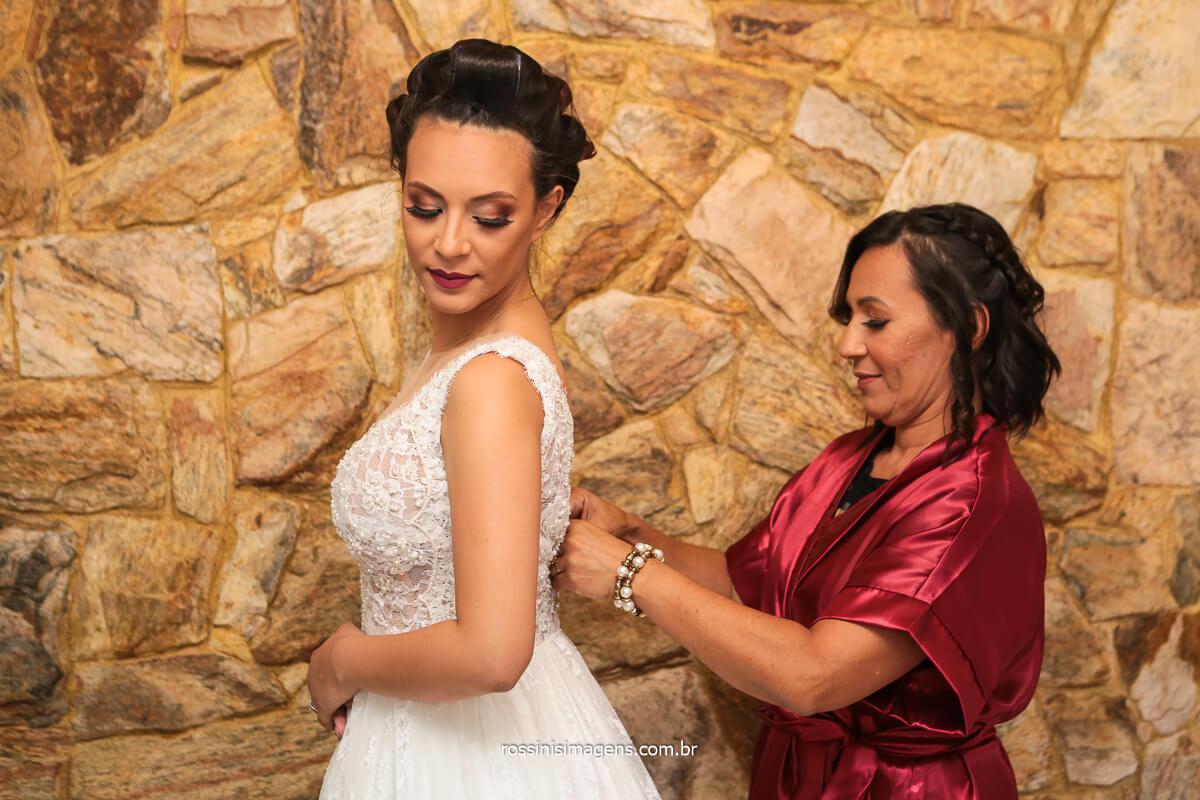Mãe Fechando Vestido da Filha lindo vestido da Noiva