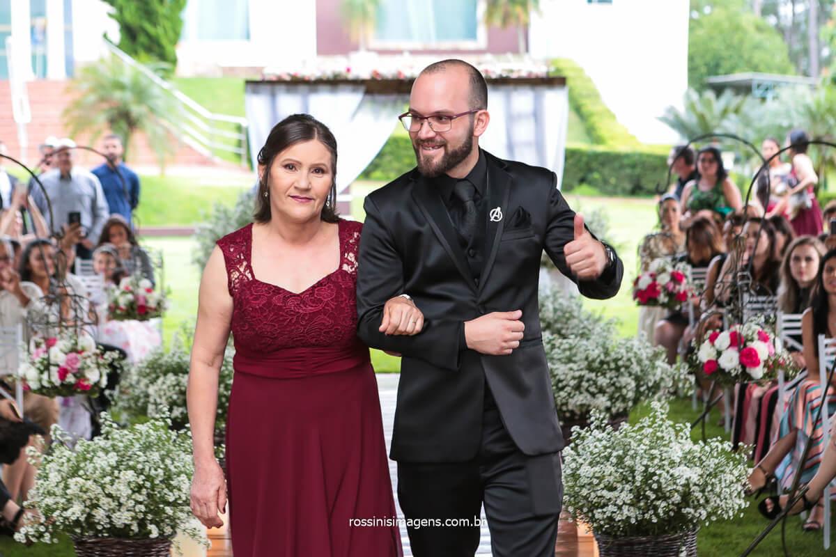 Entrada Do Noivo Com Sua Mãe Para o Cerimonial de Casamento em Poa Na Chácara Torres com Excelentes Profissionais do Mercado de Casamento