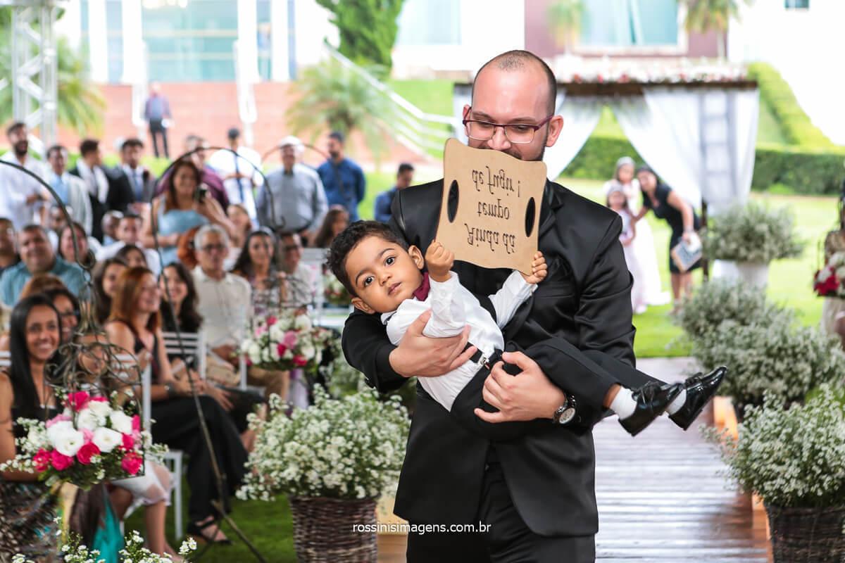 Entrada da Plaquinha, Noivo Busca Criança Na Entrada da Placa No Casamento