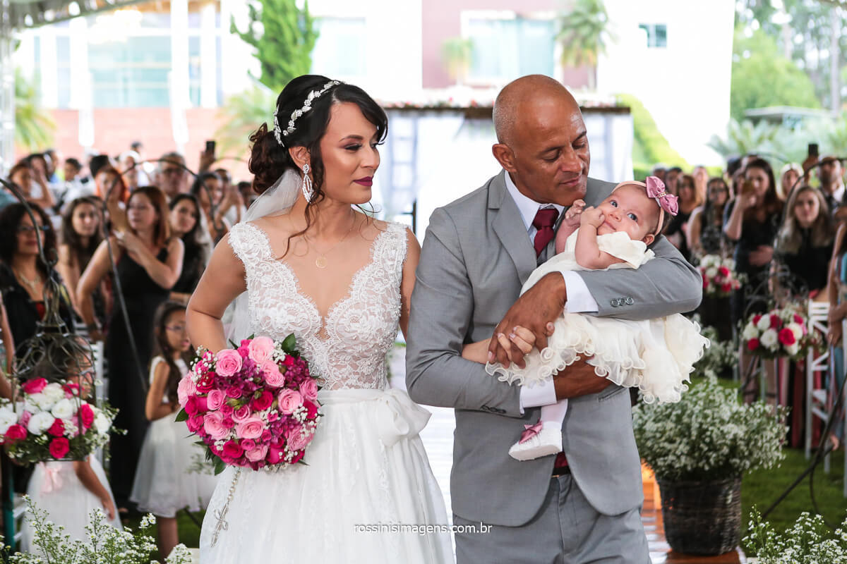 Entrada da Noiva Com Seu Pai e Sua Filha No Colo Do Pai
