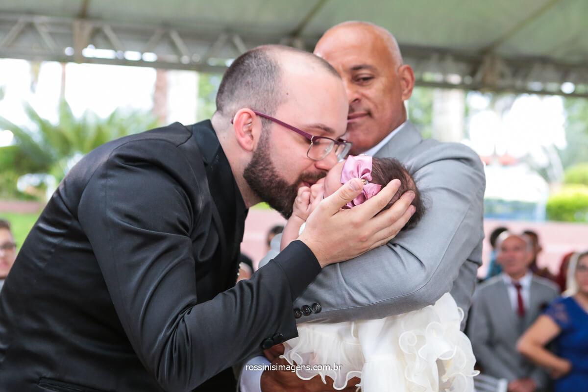 Noivo Beijando Sua Filha No colo Do Sogro Na Entrada da Noiva