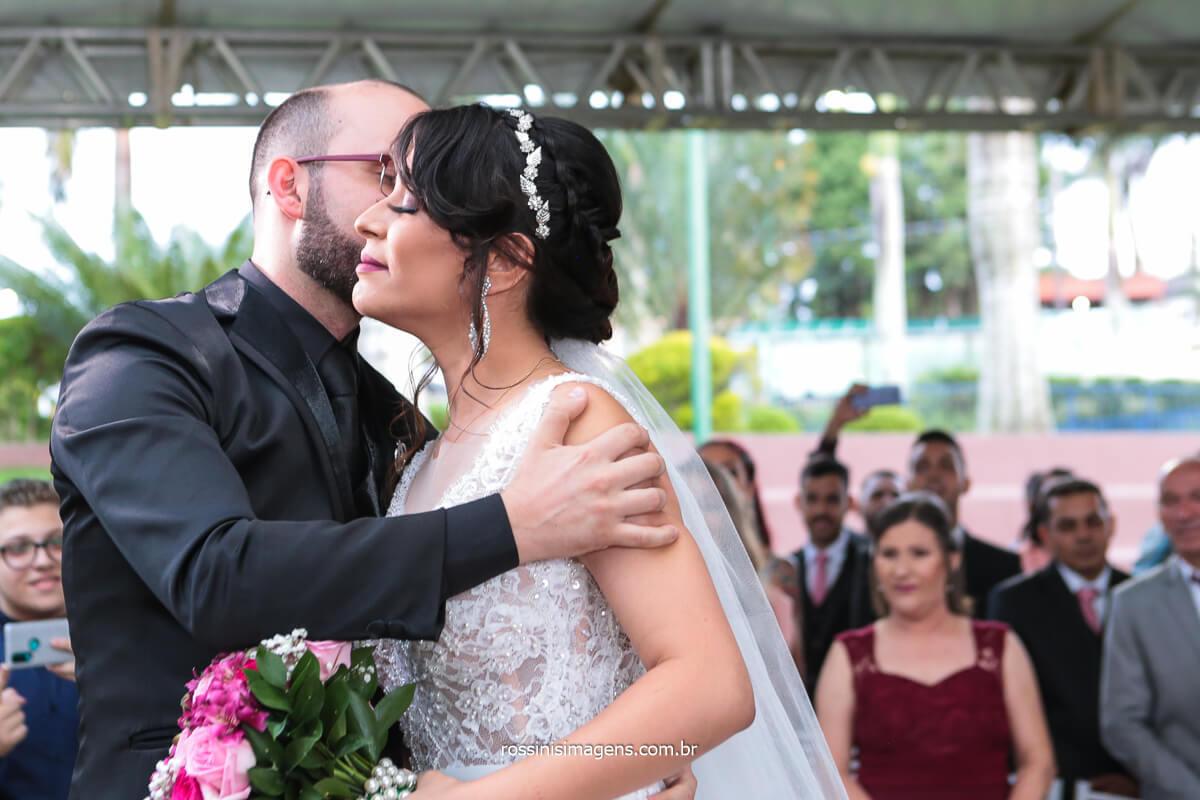 Noivo Beijando Noiva Em Sua Entrada