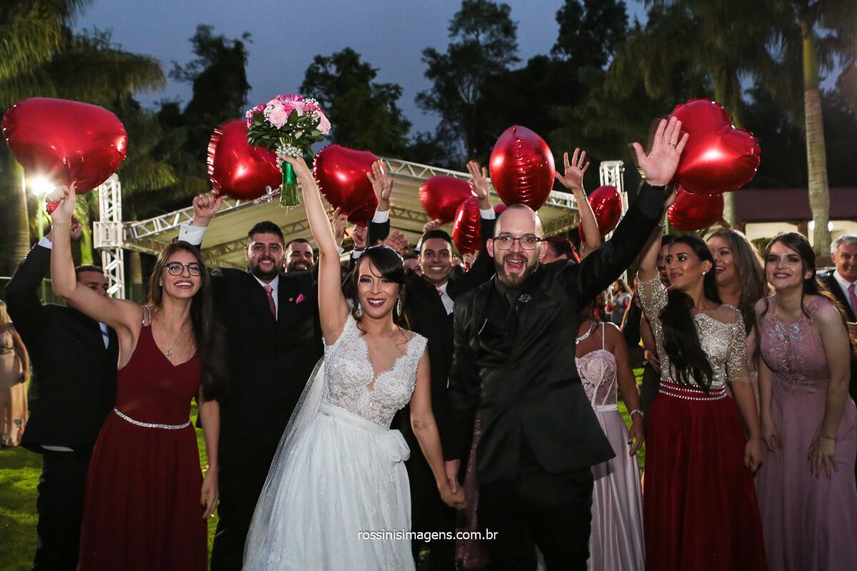 Saída do casal de Noivos Com os Padrinhos ao Fundo