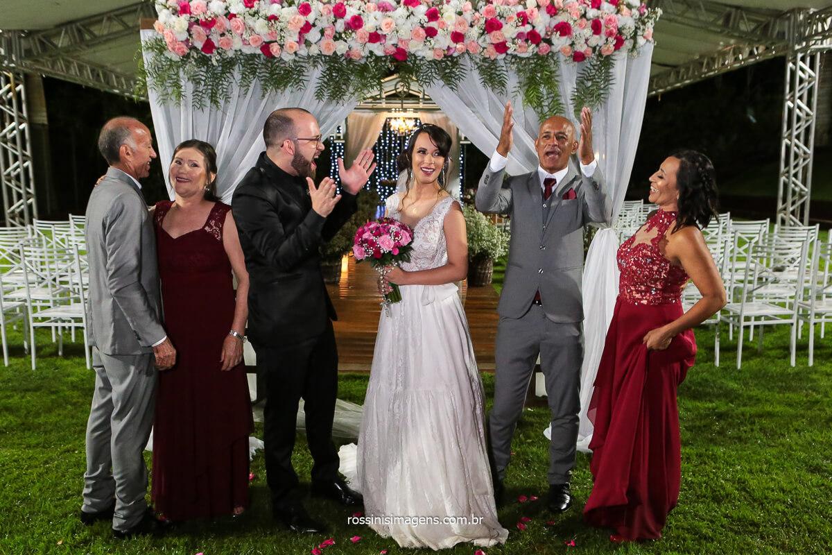Fotografia Noivos com Os Pais Junto e noivo Com a Mão Pra Cima