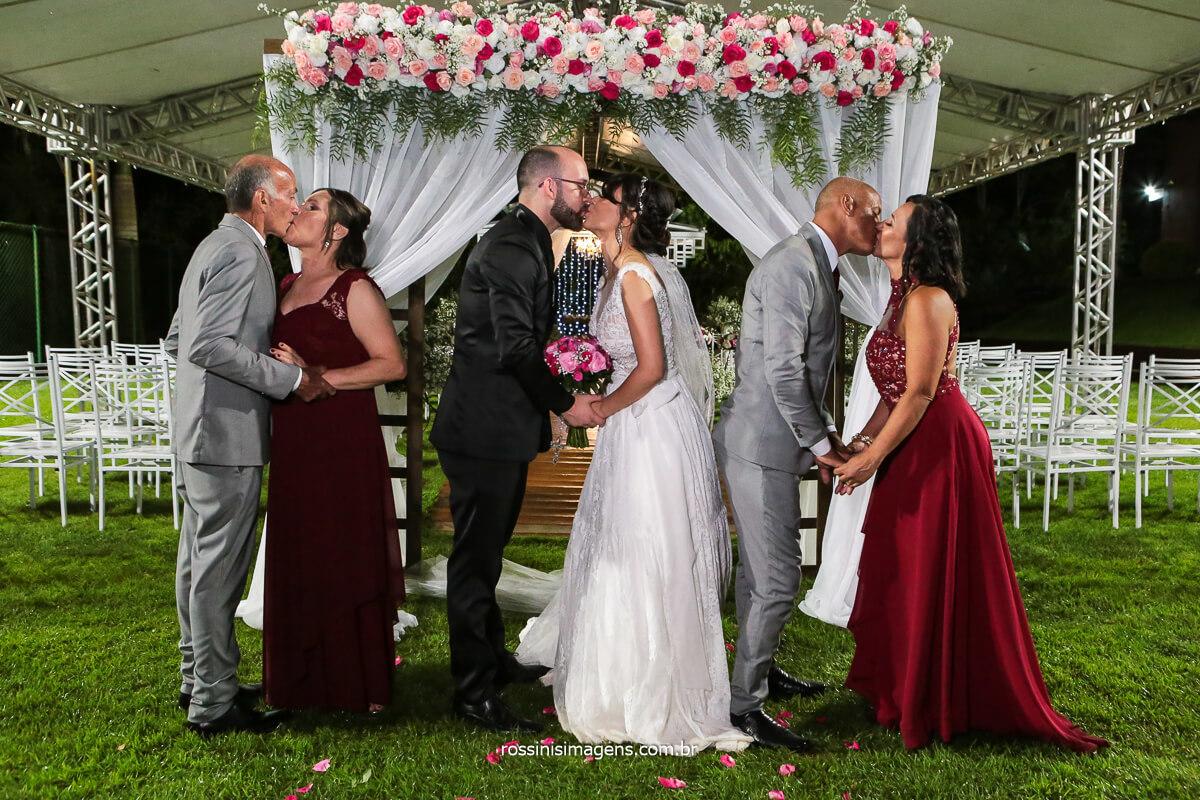 Coletiva dos Pais Dos Noivos Juntos com os Noivos Dando Beijo No Parceiro