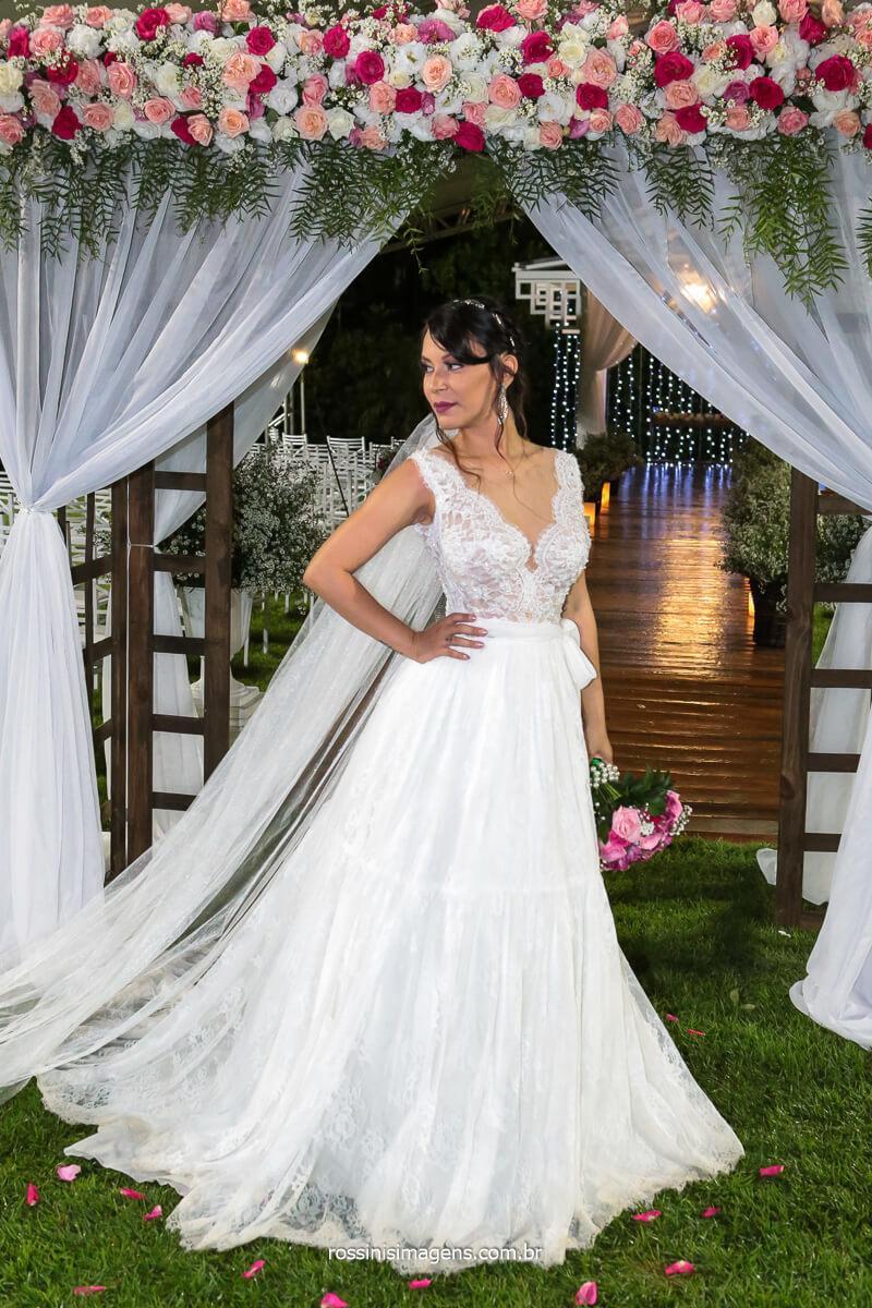 Fotografia posada da noiva com o Buquê