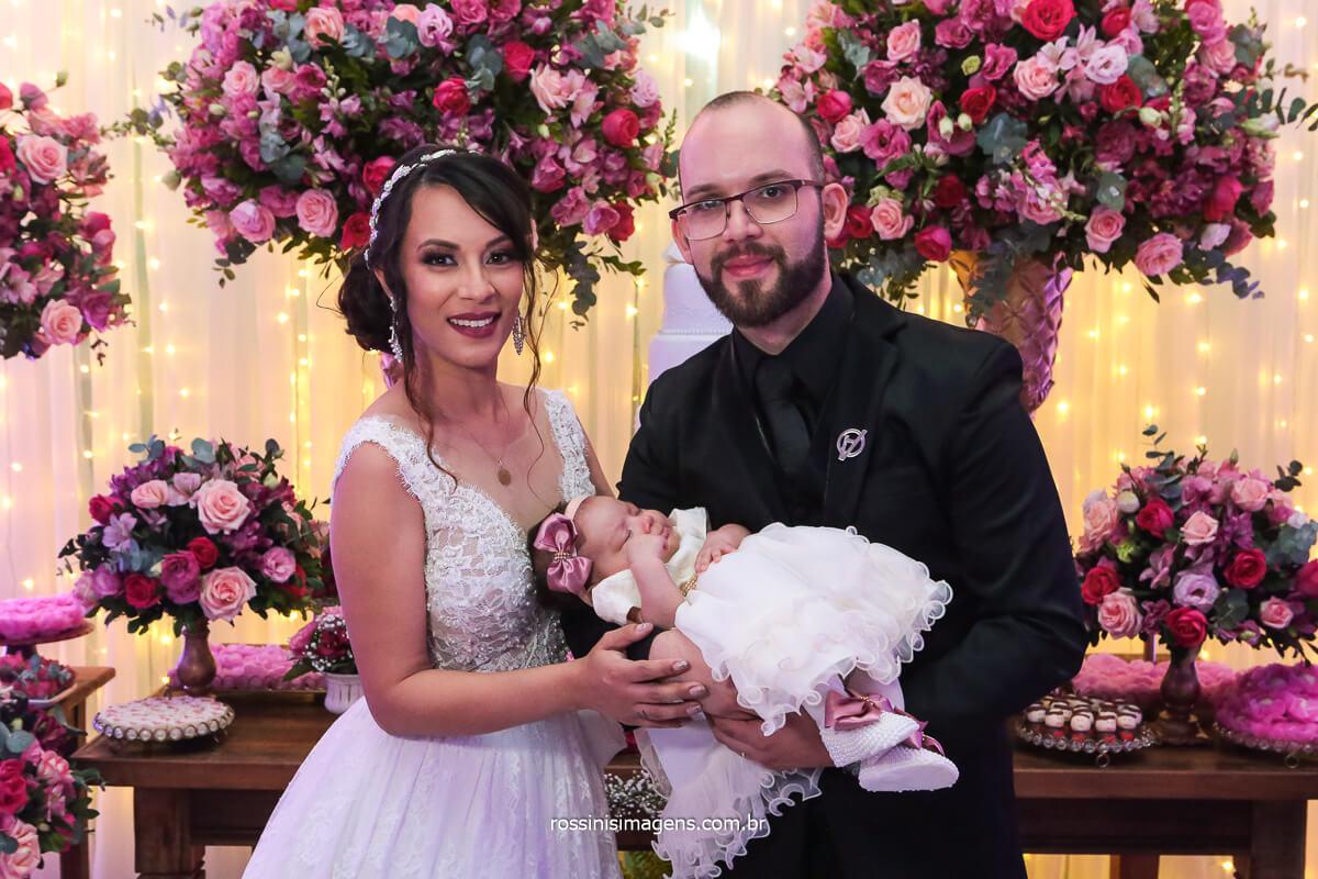 Fotografia do Casal de noivos na Mesa Do Bolo com Sua Filha