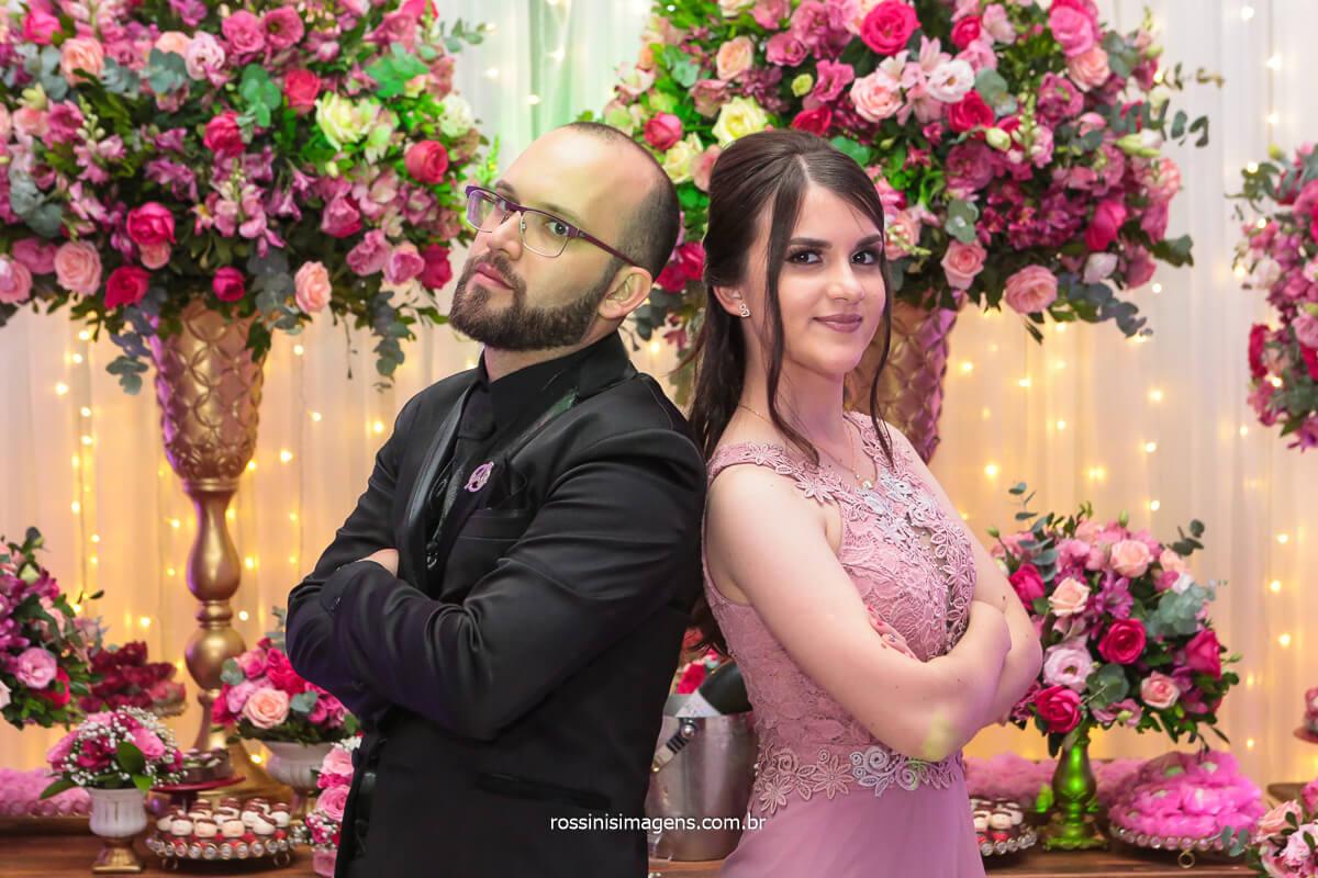 Noivo e Sua Irmã na Mesa Do Bolo Foto de Família