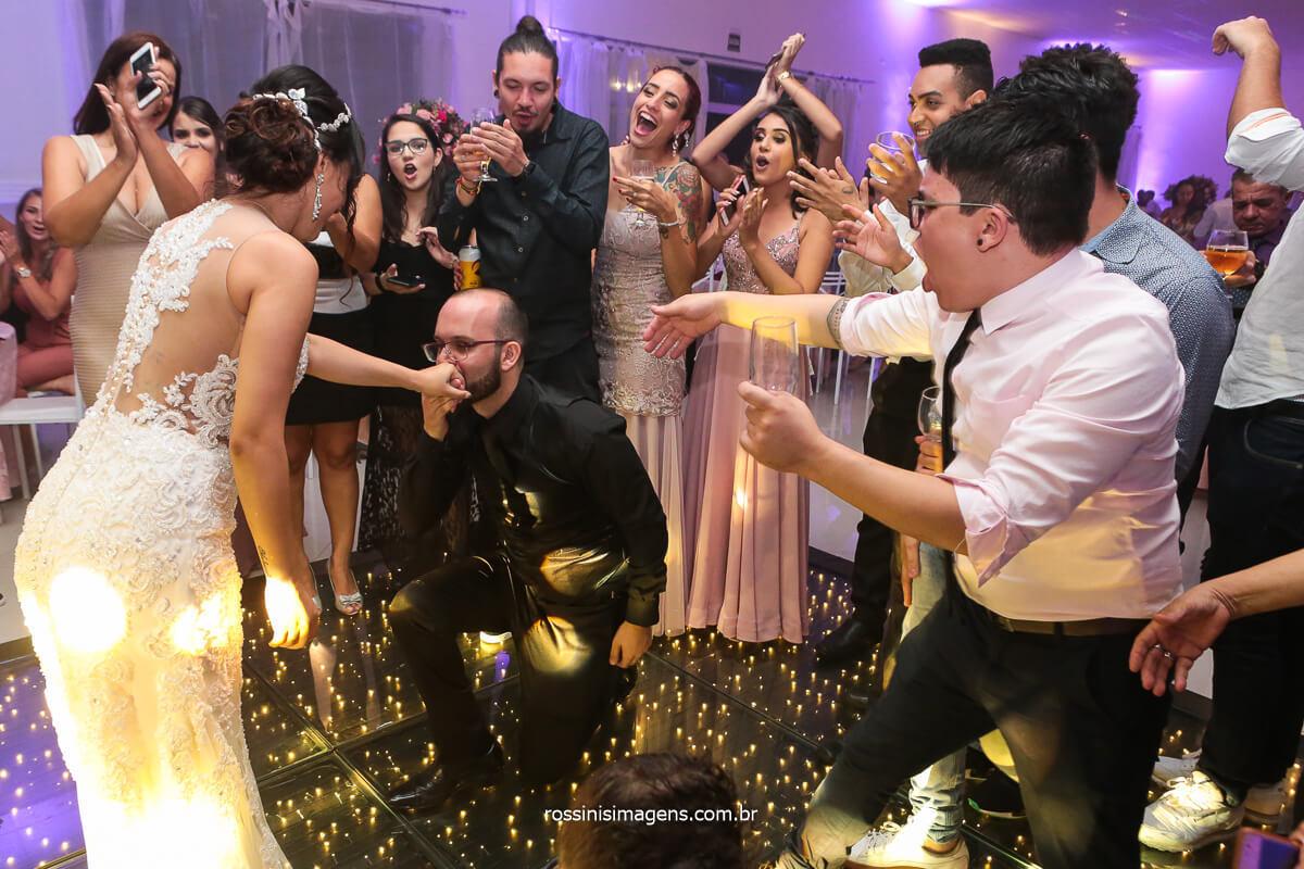 Noivos Dançando na Pista de Dança, Noivo Ajoelhado beijando a mão de Sua Esposa