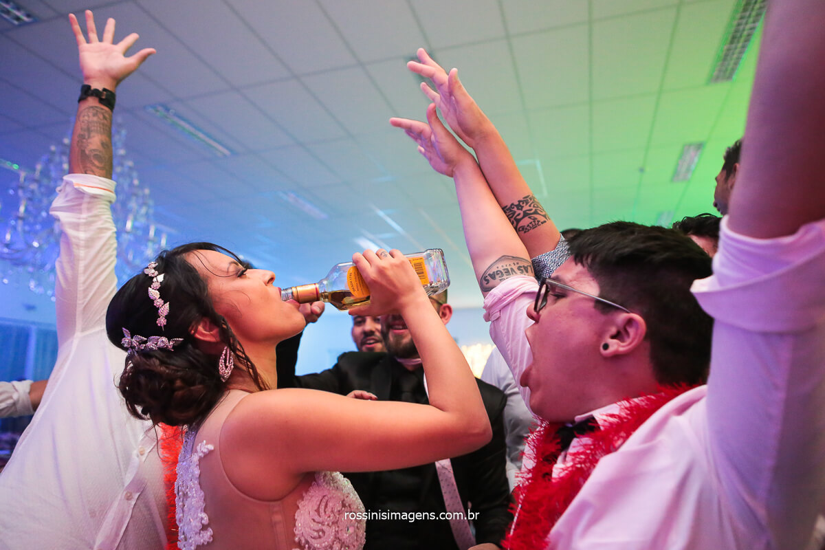 Noiva Virando Garrafa de Tequila Na Boca Momento Épico