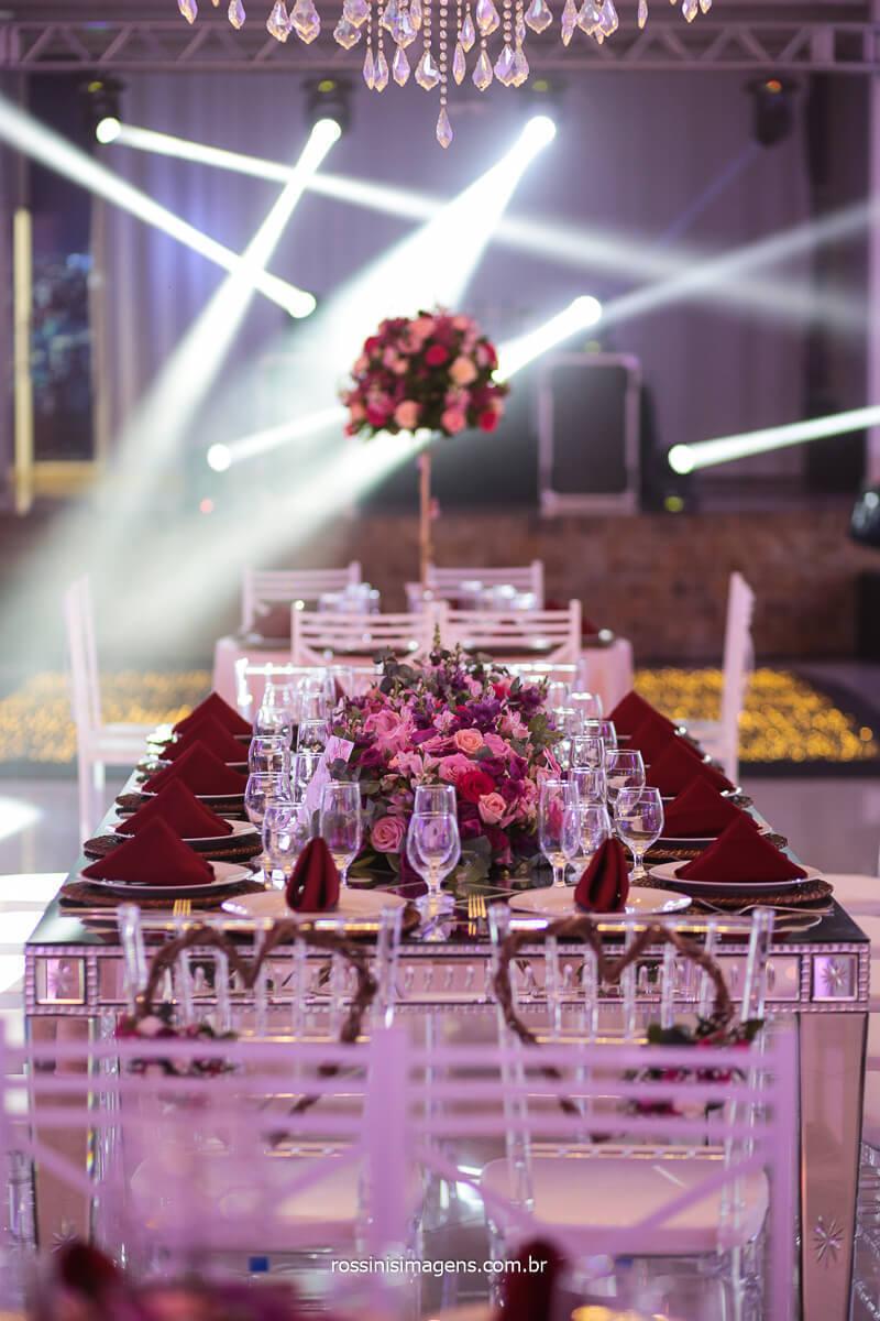 Decoração da mesa Família Com lugares para todos e ambientação comas Luzes do Dj Royal