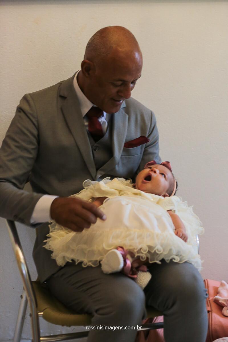 Pai da Noiva Cuidando da Bebê do Casal