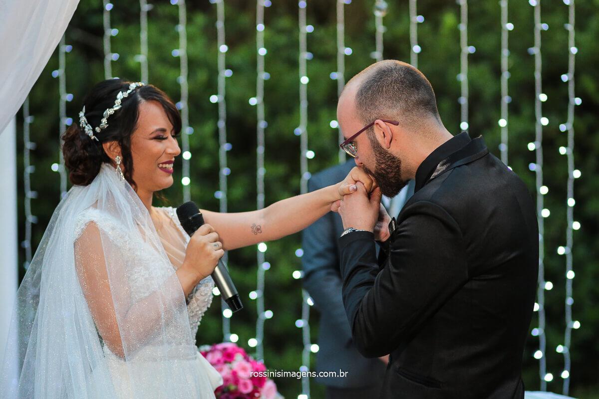 Noivo Beijando Mão da Noiva Na Cerimonia de Casamento